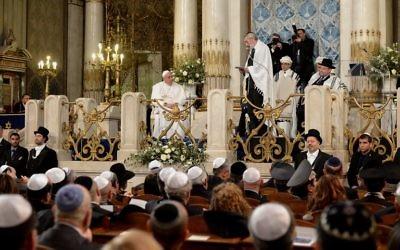 François à la synagogue principale de Rome, le 17 janvier 2016.(Crédit : AFP PHOTO / VINCENZO PINTO)