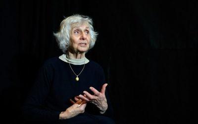 Survivante de l'Holocauste hongroise, Eva Fahidi, 90 ans, se produit sur scène au théâtre Vigszinhaz à Budapest le 15 janvier 2016 durant toute la répétition de danse de son spectacle (Crédit : AFP / PETER KOHALMI)