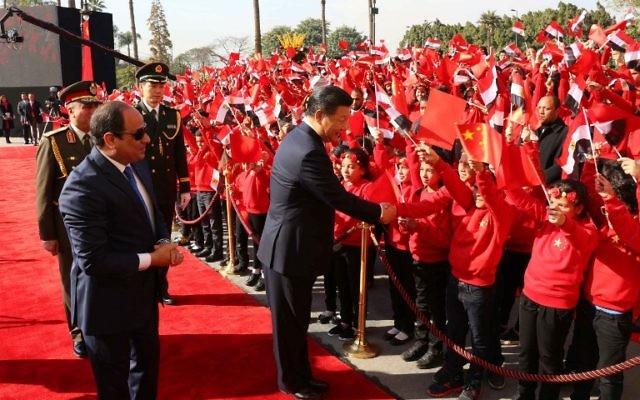 Une photo fournie par la présidence égyptienne le 21 janvier 2016 qui montre le président Abdel Fattah al-Sisi de l'Egypte et le président de la Chine, Xi Jinping, pendant une cérémonie de bienvenue dans la capitale égyptienne du Caire (Crédit : présidence égyptienne/HO/AFP)