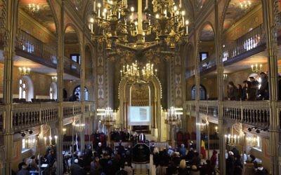 Les membres de la communauté juive roumaine assistant à une cérémonie marquant les 75 ans du pogrom à la synagogue Coral à Bucarest le 21 janvier 2016 (Crédit : AFP / DANIEL MIHAILESCU)