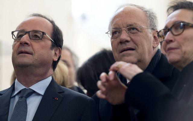 Le président français François Hollande (à gauche) accueillant le ministre suisse de l'Economie, Johann Schneider-Ammann lors de l'inauguration du Musée Unterlinden après sa rénovation à Colmar, France, le 23 janvier, 2016 (Crédit : AFP / POOL / JEAN-FRANCOIS Badias)