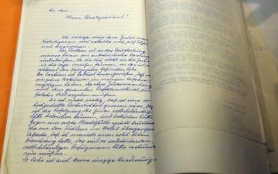 La première page d'une lettre manuscrite du criminel de guerre nazi, Adolf Eichmann, révélé au le 27 janvier 2016 durant une cérémonie à la résidence présidentielle à Jérusalem pour marquer les 55 ans du procès d'Eichmann alors que le monde observe la Journée internationale de commémoration de l'Holocauste (Crédit : AFP / GALI TIBBON)