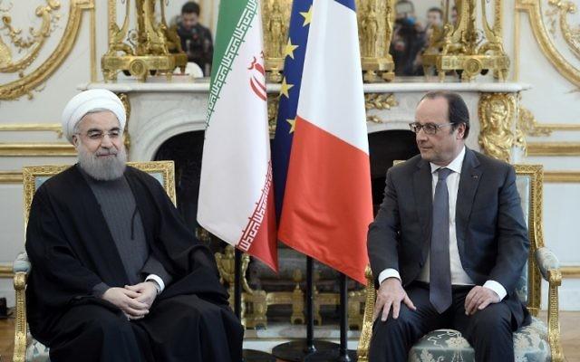 François Hollande, à droite, alors président français, avec le président iranien Hassan Rouhani au palais présidentiel à l'Elysée à Paris, le 28 janvier 2016. (Crédit : Stéphane de Sakutin/Pool/AFP)