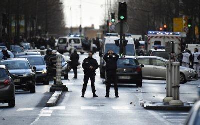 Des patrouilles de policiers français sur le boulevard de Barbès dans le nord de Paris le 7 Janvier 2016, (Crédit : LIONEL BONAVENTURE/AFP)