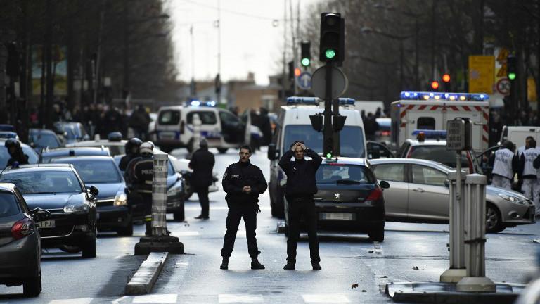 Des policiers français en patrouille sur le boulevard Barbès dans le nord de Paris le 7 janvier 2016 après que la police a abattu un homme mort alors qu'il tentait d'entrer dans un poste de police dans le quartier de la Goutte d'Or (Crédit : Lionel Bonaventure / AFP)