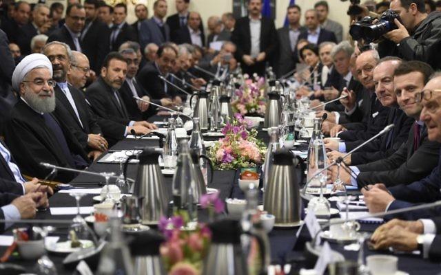 Le président iranien Hassan Rouhani (à gauche) à une réunion avec le ministre français de l'Economie Emmanuel Macron (à droite), le président du MEDEF Pierre Gattaz (2e à droite) et le ministre français des Affaires étrangères, Laurent Fabius (3 à droite) à Paris le 27 janvier 2016 (Crédit : AFP / ERIC FEFERBERG)