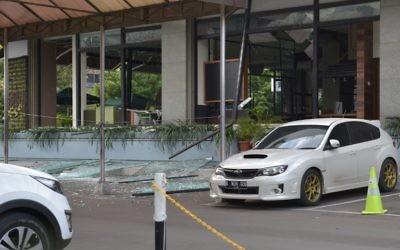 Photo du Starbucks endommagé après une série d'explosions qui a frappé le centre de Jakarta, en Indonésie, le 14 janvier 2016 (Crédit : AFP PHOTO / ADEK BERRY)
