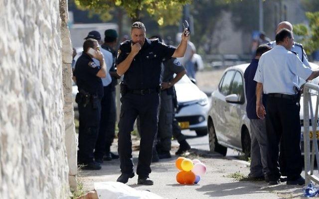 Les forces de sécurité israéliennes sur la scène d'une tentative d'une attaque au couteau contre un agent de la police des frontières dans le quartier d'Armon Hanatziv à Jérusalem, le 17 octobre 2015 (Crédit : AFP / Ahmad Gharabli)
