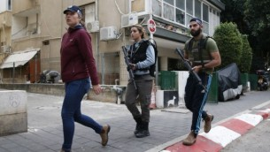 Les membres des forces de sécurité israéliennes patrouillent la région suite à une attaque par un tireur non identifié, qui a ouvert le feu dans un pub dans le centre de Tel Aviv, tuant deux personnes et en blessant cinq autres le 1er Janvier 2016. (Crédit : AFP PHOTO / JACK GUEZ)