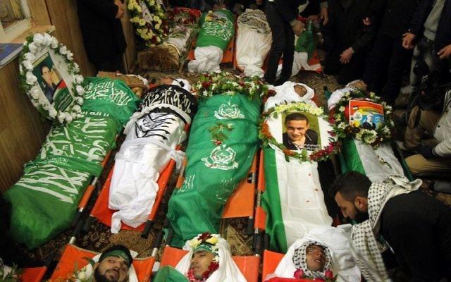 Quatorze dépouilles de terroristes palestiniens tués au cours des dernières attaques menées contre des Israéliens, le 2 janvier 2016 (Crédit : AFP / HAZEM BADER)