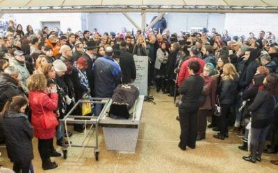 Parents et amis assistent à l'enterrement d'Alon Bakal, abattu le Jour de l'An à Tel Aviv par un tireur arabe israélien, le 3 janvier 2016. (Crédit : AFP PHOTO / JACK GUEZ)