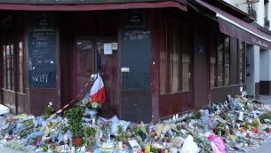 Des fleurs, des notes et des bougies photographiés le 15 novembre 2015,  à l'extérieur du bar Carillon, dans le 10ème arrondissement de Paris, pour les victimes des attentats terroristes à Paris, en France, le 13 novembre 2015 (Crédit : AFP / Bertrand Guay , Dossier)