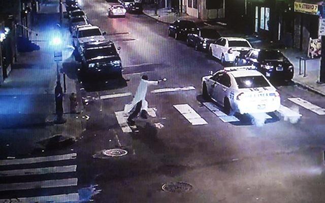 Une photographie d'une image de vidéosurveillance montre Edward Archer, tirant sur un policier de 33 ans Jesse Hartnett, qui a été blessé 13 fois, le 8 janvier 2016 à Philadelphie, en Pennsylvanie. (Crédit : Mark Makela / Getty Images / AFP)