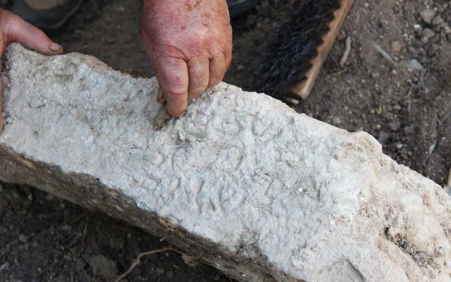 Une inscription en araméen, découverte dans l'ancien cimetière occidental de Zippori, et âgée de 1700 ans. (Crédit : Miki Peleg, autorisation de l'autorité israélienne des antiquités)