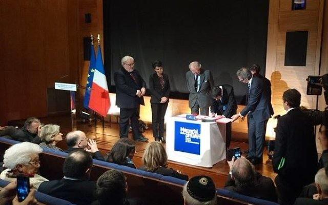 Manuel Valls signe la convention au Mémorial de la Shoah (Crédit : Facebook/Serge Barbet)