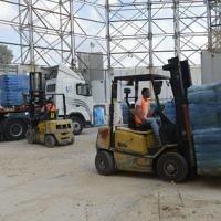 Les marchandises et les fournitures médicales sont transférées vers la bande de Gaza par le terminal de Kerem Shalom, le 19 juillet 2014. Crédit : unité des portes-paroles de l'armée israélienne)