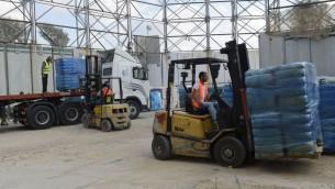 Les marchandises et les fournitures médicales sont transférées vers la bande de Gaza par le terminal de Kerem Shalom, le 19 juillet 2014. Crédit : IDF porte-parole)