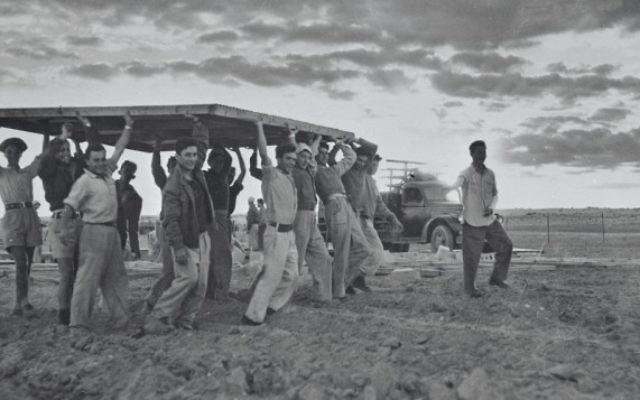 Des pionniers construisent une nouvelle implantation en 1949. (Crédit : autorisation KKL-JNF/Avraham Malovsky)