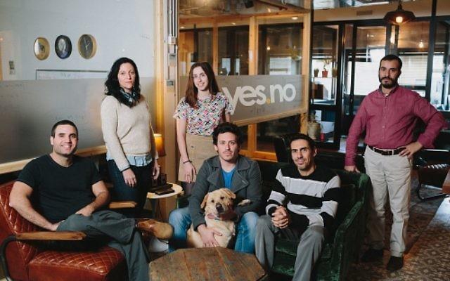 L'équipe de yes.no. De gauche à droite : Sella Rafaeli, Dikla Sinai, Mia Rafalowicz-Campbell, Jonathan Doron, Assaf Levy, Shmuel Abuhav et Lenny le chien. Photo credit : Mindspace. (PRNewsFoto/yes.no)