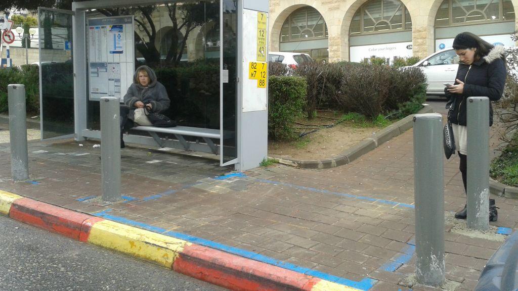 Un arrêt de bus protégé à Jérusalem accessible aux personnes en fauteuil roulant (Crédit : Shekel)