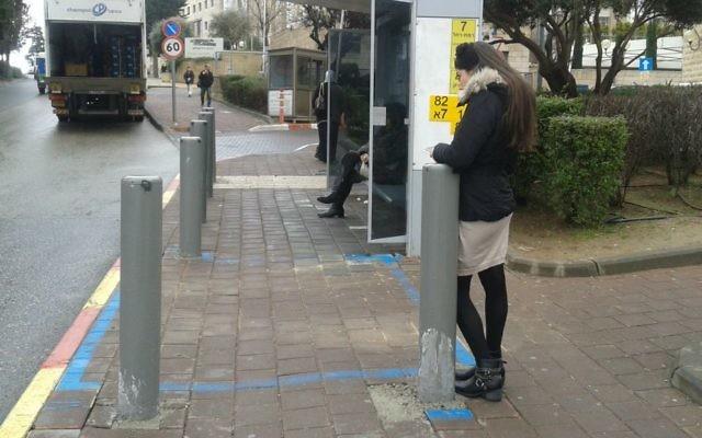 Un arrêt de bus sécurisé à Jérusalem conçu avec la distance nécessaire entre l'abribus et la rue (Crédit : Shekel)
