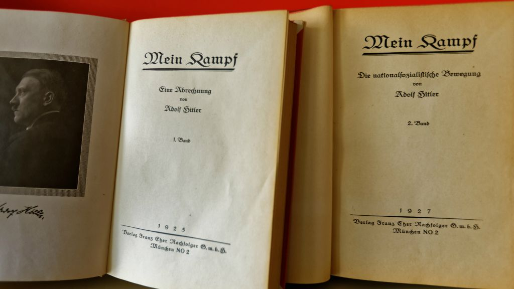 La première page des deux volumes d'une des premières éditions de « Mein Kampf » (Crédit : Institut für Zeitgeschichte / Alexander Markus Klotz)