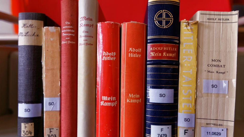 "Plusieurs traductions de ""Mein Kampf"" (Crédit : Institut für Zeitgeschichte / Alexander Markus Klotz)"