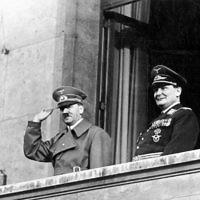 Adolf Hitler et Goering sur le balcon de la Chancellerie, Berlin, le 16 mars 1938 (Crédit : Wikipedia)