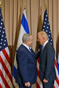 Le premier ministre Benjamin Netanyahu, et le vice-président américain Joe Biden à Davos, en Suisse, le 21 Janvier 2016  (Crédit : Haim Zach / GPO)