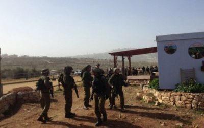 Des soldats israéliens près de l'implantation de Tekoa, en Cisjordanie, où une femme enceinte a été poignardée lundi 18 janvier 2016. (Crédit : Josh Davidovich/The Times of Israel)