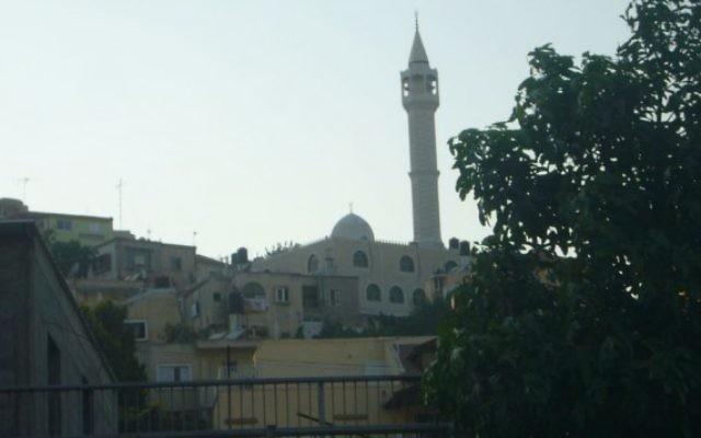 Une mosquée à Arara, ville arabe du nord d'Israël.(Crédit : domaine public/Wikipedia)
