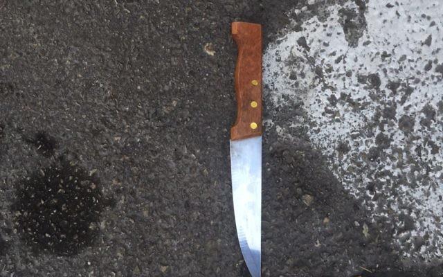 Illustration: Le couteau utilisé dans l'attaque à l'extérieur de la gare routière centrale de Jérusalem le 27 décembre 2015. (Crédit : police israélienne)