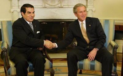 Le président George W. Bush avec le président tunisien Zine El-Abidine Ben Ali dans le Bureau ovale le 18 février 2004 (Crédit : Domaine Public/Paul Morse)