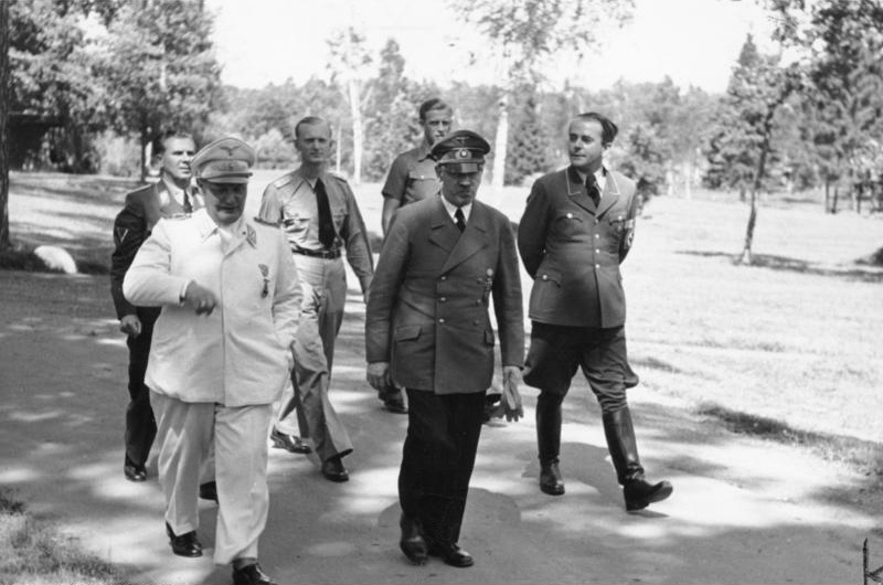 Hermann Goering (à gauche), Adolf Hitler et Albert Speer, en août 1943 (Crédit : Wikipedia)