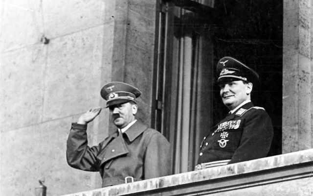 Adolf Hitler et Hermann Göring au balcon de la Chancellerie, à Berlin, le 16 mars 1938. (Crédit : Bundesarchiv, Bild/Wikipedia)