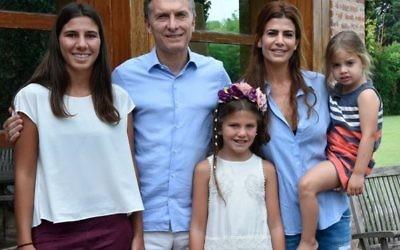 Le président argentin nouvellement élu Mauricio Macri rend visite à la famille du procureur assassiné Alberto Nisman à son domicile le 17 Janvier, 2016. (Crédit : autorisation)