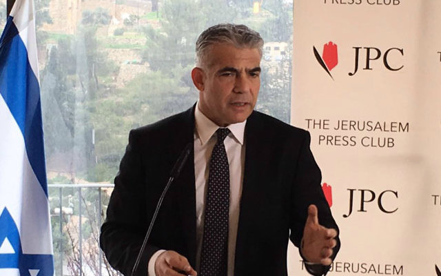 Le chef du parti Yesh Atid, le député Yaïr Lapid lors de la conférence de presse avec la presse étrangère à Jérusalem, le lundi 25 janvier 2016. (Crédit : capture d'écran)