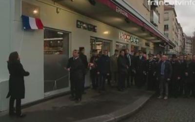 Cérémonie de pose de la plaque devant l'épicerie juive HyperCacher, le 5 janvier 2016 (Crédit : Capture d'écran France TV Info)