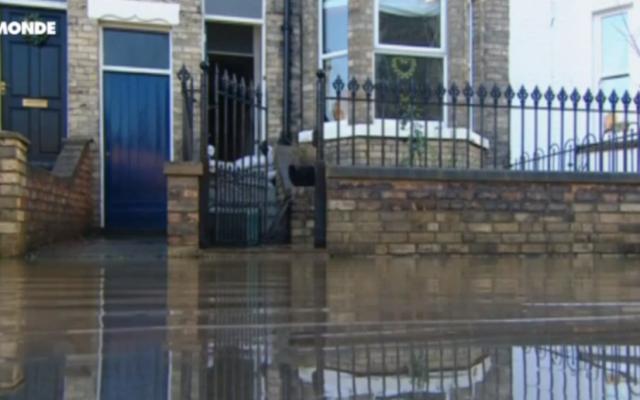Illustration d'inondations au Royaume-Uni (Crédit : Capture d'écran YouTube TV5Monde)