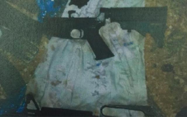 Les armes détenues par une cellule du Hamas près de Hébron. Les membres de la cellule, arrêtés en novembre, avaient prévu une fusillade près de Hébron (Crédit : Shin Bet)