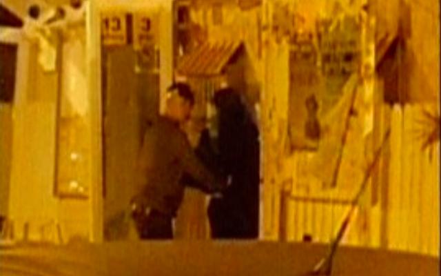 Arrestation d'une femme soupçonnée d'avoir voulu mener une attaque à Nahariya, le 11 janvier 2016 (Crédit : capture d'écran Deuxième chaîne)