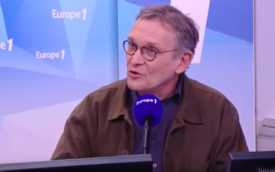 Rony Brauman à l'antenne d'Europe 1 (Crédit : Capture d'écran YouTube)
