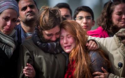 La famille et les amis de Dafna Meir à ses funérailles à Jérusalem, le 18 janvier 2016. Elle a été poignardée à mort dans l'entrée de sa maison située dans l'implantation d'Otniel, en Cisjordanie, le 17 janvier. (Crédit : Yonatan Sindel/Flash90)
