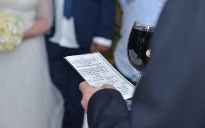 Un rabbin prononce les sept prières lors d'une cérémonie religieuse juive (Crédit : autorisation Beit-Raanana