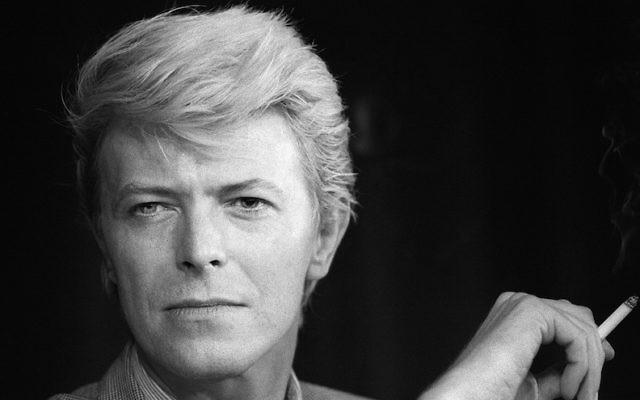 David Bowie lors d'une conférence de presse à la 36e édition du Festival du Film de Cannes, en France, le 13 mai 1983 (Crédit : Ralph Gatti / AFP / Getty Images, via JTA)
