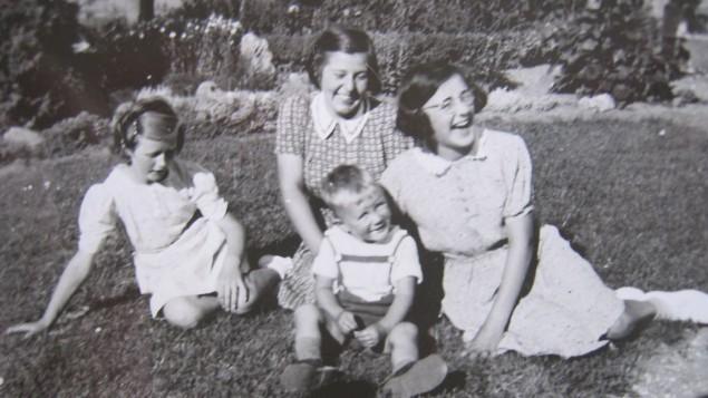 Dita Persson (au centre) avec sa sœur d'accueil Gerda Dynessen (à droite) in 1940.