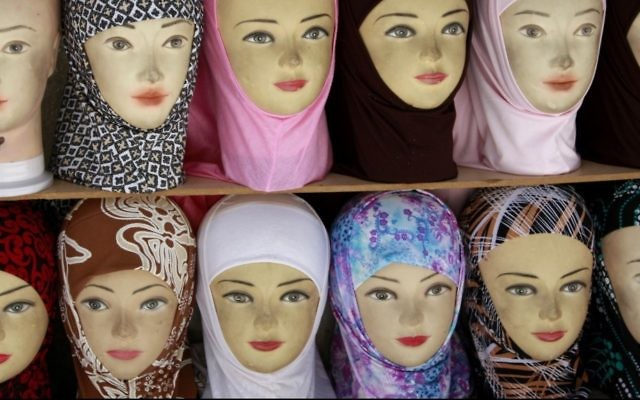 Photo de hijabs en vente. (Crédit : Daniel Dreifuss / Flash90)