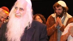 Shivi Froman, à droite, se tient derrière son père, le rabbin Menachem Froman, lors d'un événement à Tekoa le 7 février 2011 (Crédit : Gershon Elinson / Flash90)