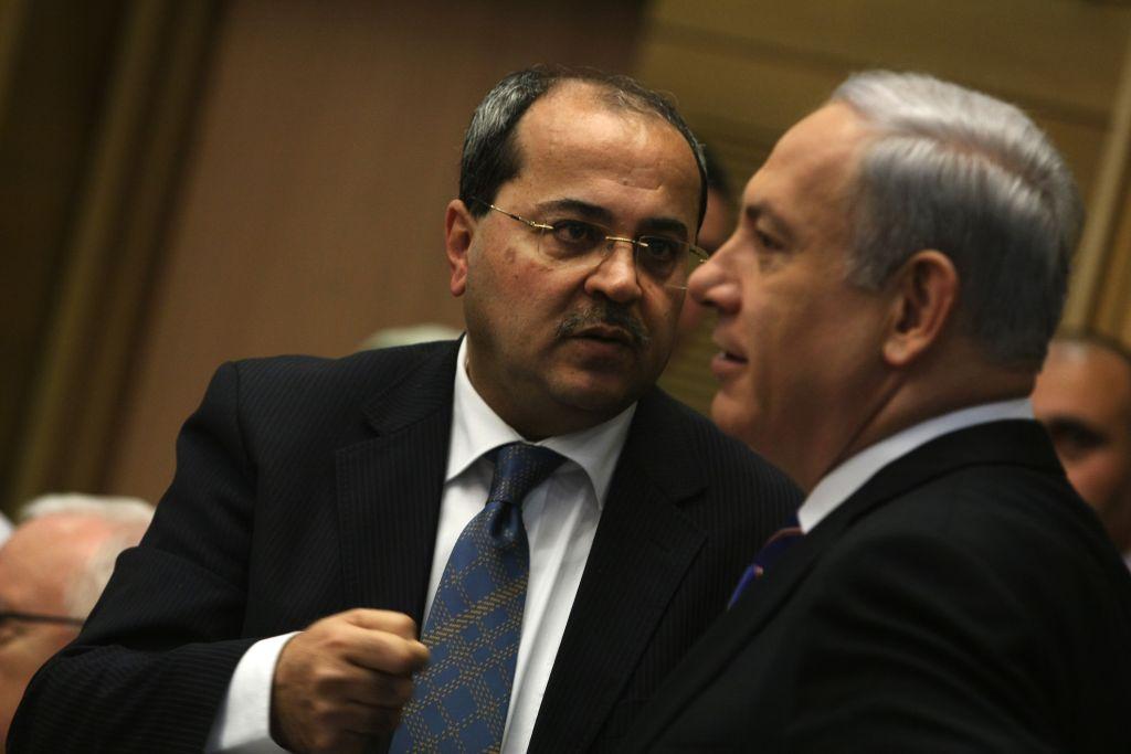 Le membre arabe de la Knesset, Ahmed Tibi (à gauche) s'entretenant avec le Premier ministre Benjamin Netanyahu lors d'une session de la Knesset d'une commission d'enquête parlementaire sur la violence dans la communauté arabe, le 13 février, 2012 (Crédit : Kobi Gideon / Flash90)