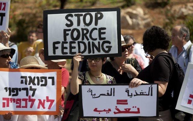 Des médecins israéliens pour les droits de l'Homme manifestent près de la Knesset à Jérusalem contre l'alimentation forcée des prisonniers, le 16 juin 2014. (Crédit : Flash90)